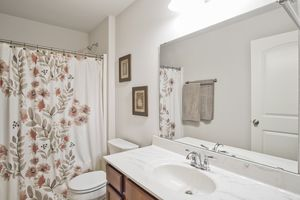 Main Upstairs Bath610 Meadowview Ln Photo 28