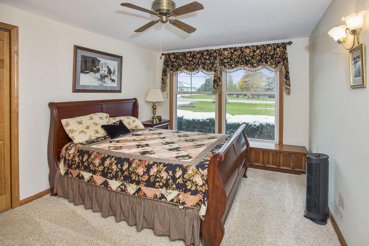 Bedroom Photo #18